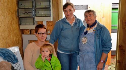 Vier Generationen Hand in Hand für den guten Zweck: Urenkelin Hanna-Marie, Enkelin Nina, Oma Anja Rohde und Uroma Inge Sigmund.