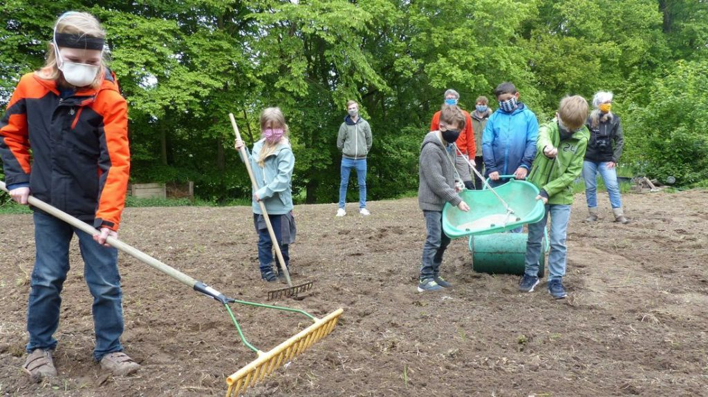 Mit Eifer und Freude sorgten Johannes (9), Emily (6), die Zwillinge Rino und Nevio (8) sowie John-Luca (9) für die fachgerechte Einsaat der Blühwiesenmischung. Norbert Wiegand